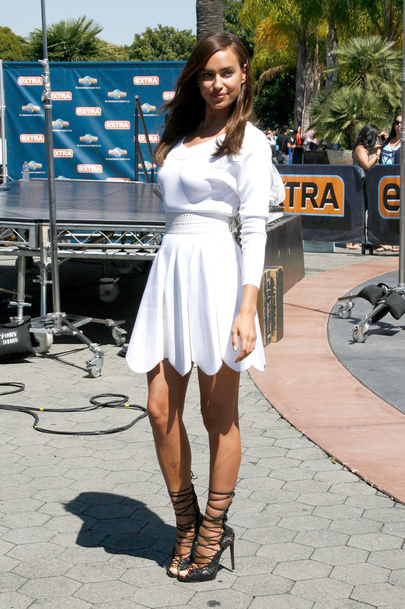 Irina Shayk sublime in a white dress