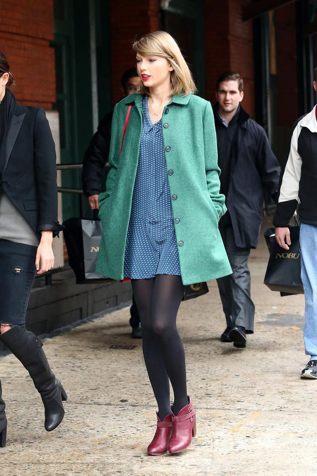 Taylor swift's green coat and red bag outfits