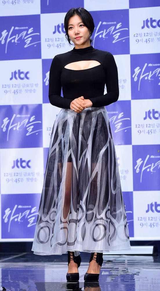 Chae-yeong Lee's long evening dress